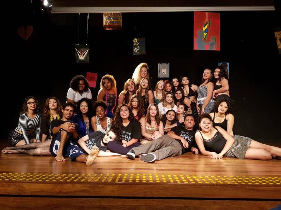 Meninas do teatro colocaram o feminismo na roda de discussão e da frente do público com a peça Risos e Angústias. | Foto: Arquivo Polo Cultural