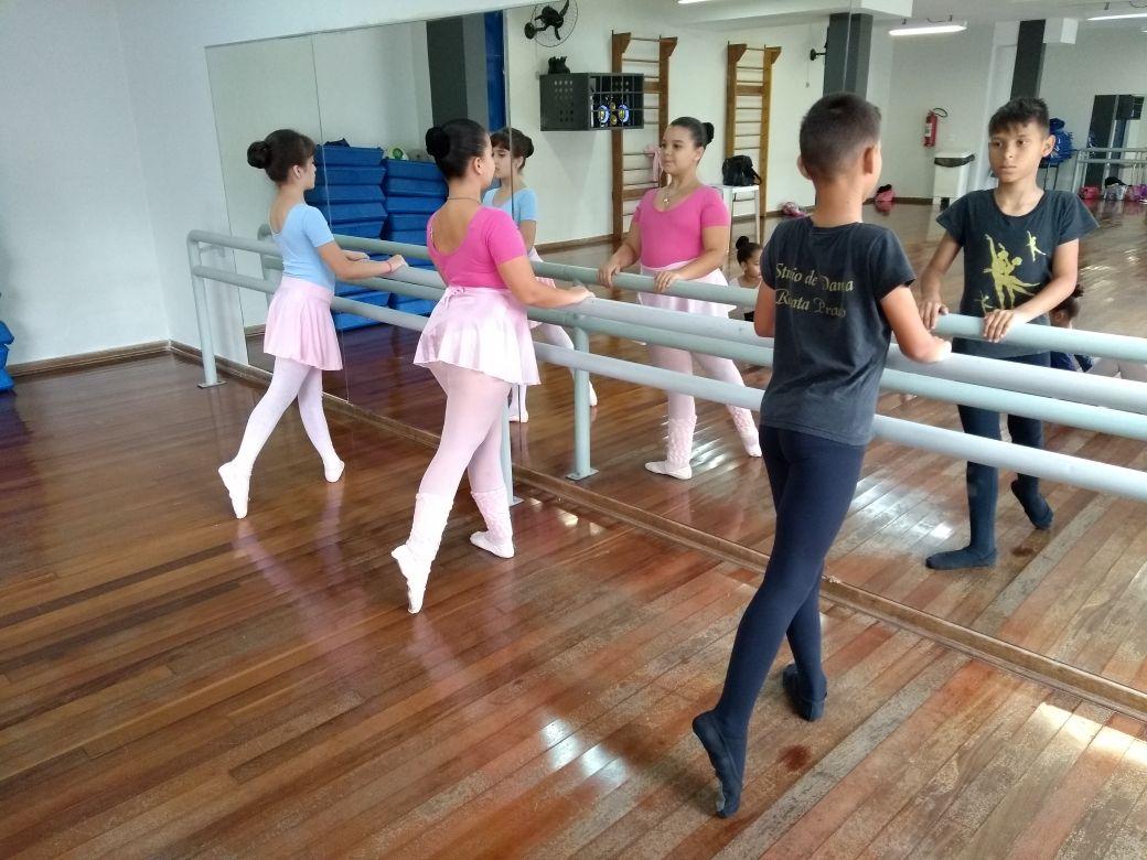 Único menino entre as meninas do balé, Wendel não se dobra diante do preconceito e vira inspiração dentro da família. | Foto: Polo Cultural.