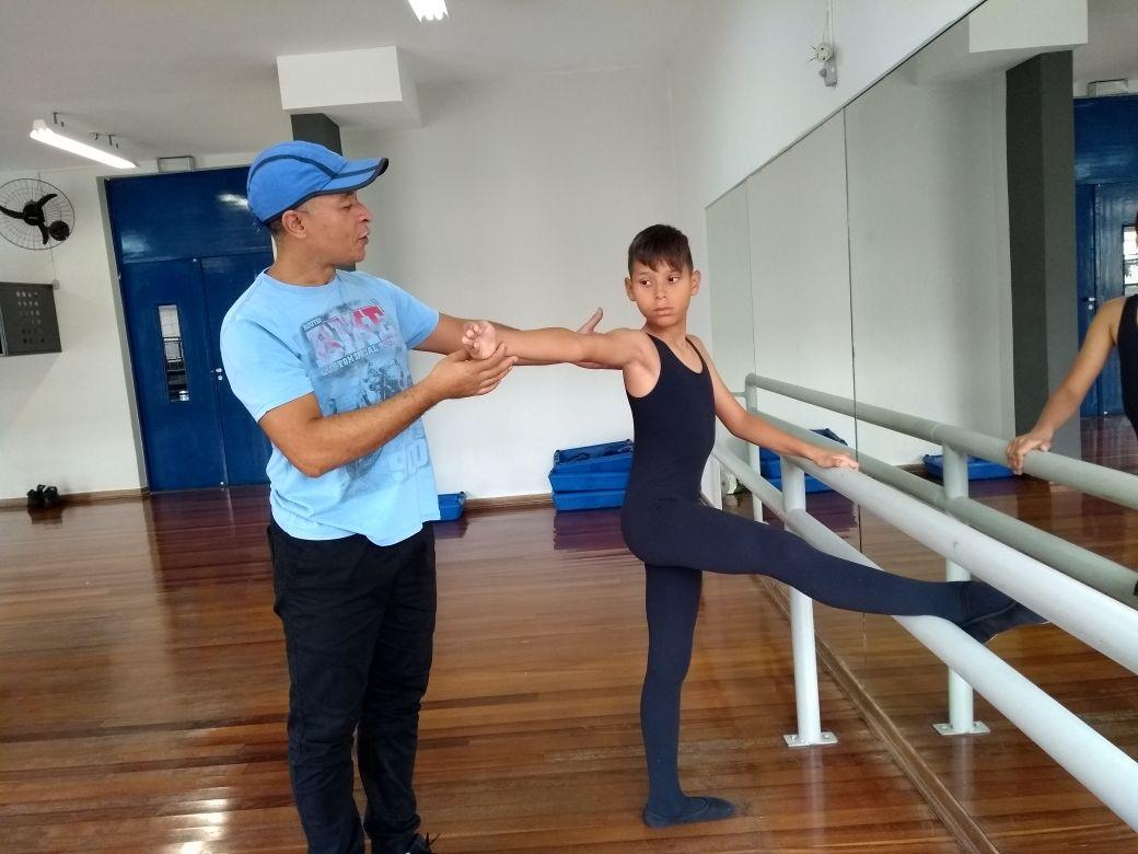 Edson Santos, educador do Polo Cultural, orienta pupilo e dá conselhos para enfrentar o preconceito. | Foto: Polo Cultural