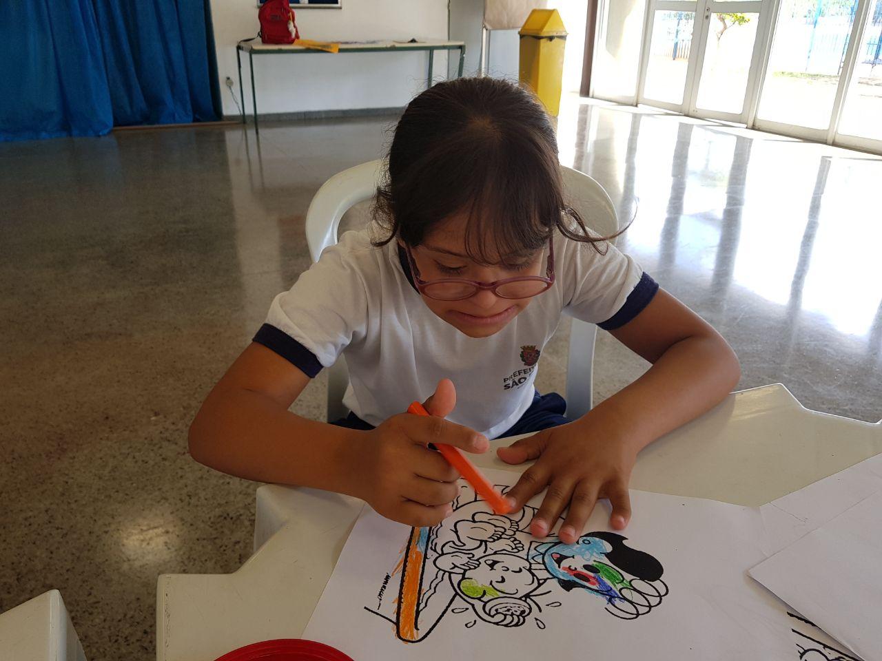 Daniela fez a atividade concentrada. As artes estão a ajudando a desenvolver funções cognitivas importantes | Foto: Polo Cultural