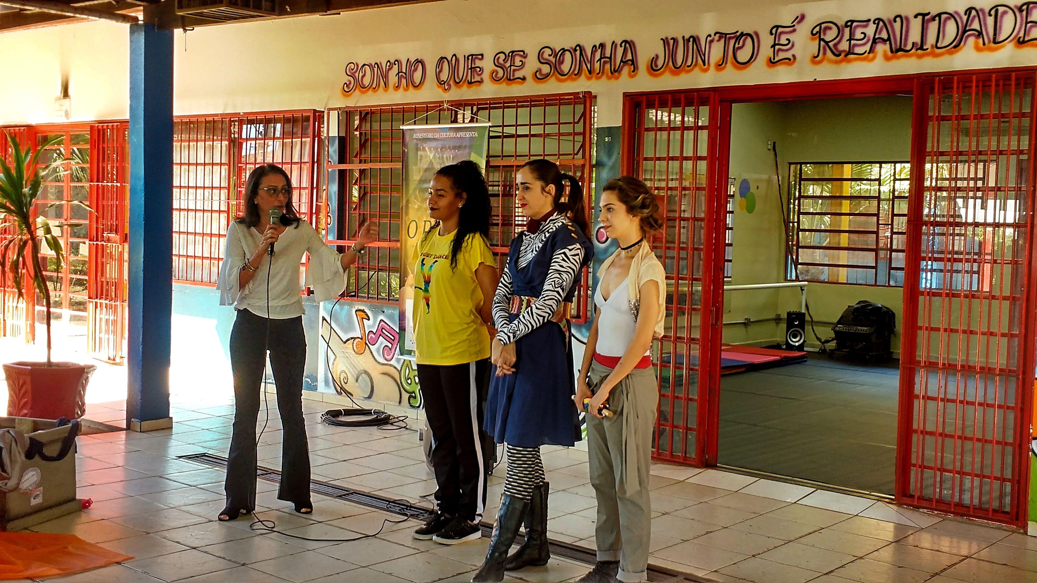 Secretária de Educação de Bauru, Isabel MIziara, se rendeu as apresentações e não poupou elogios ao trabalho com as artes para as crianças. | Foto: Polo Cultural