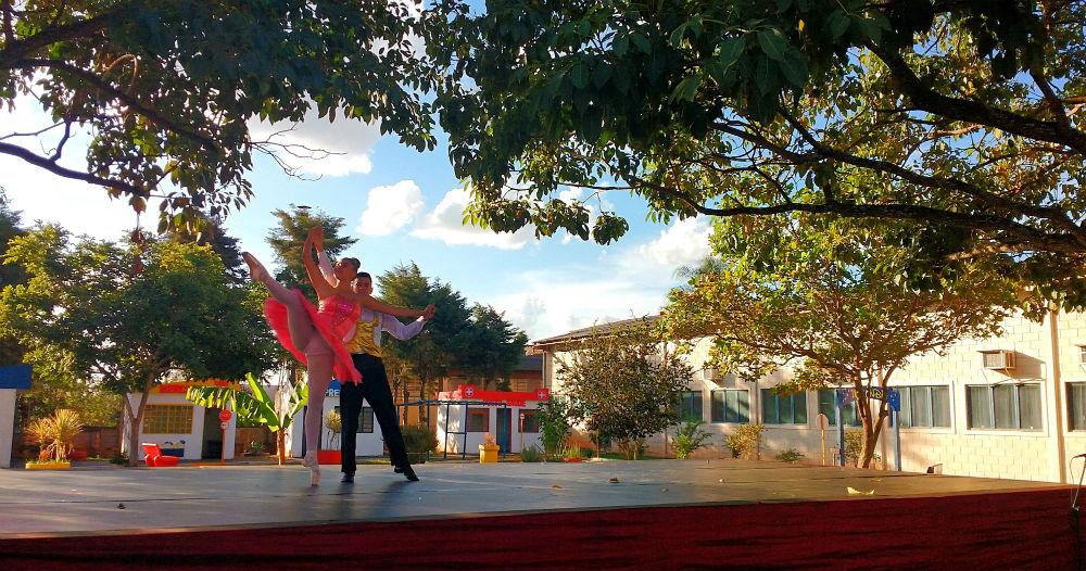 A bailarina não economizou encantos com uma bela apresentação que rendeu ainda mais a admiração dos pequenos. | Foto: Polo Cultural.