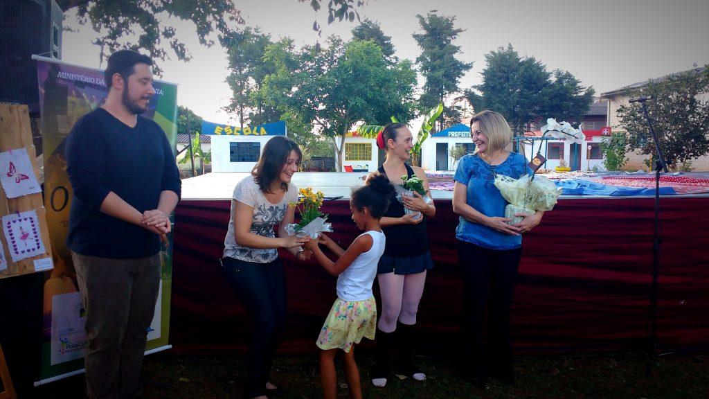 A jovem educadora foi recebida com flores pelas crianças de Ibitinga. | Foto: Polo Cultural