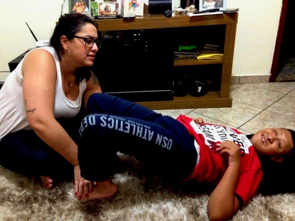 Fisioterapeuta Cris foi fundamental para que Kaique vislumbrasse novas conquistas. | Foto: Arquivo Pessoal.