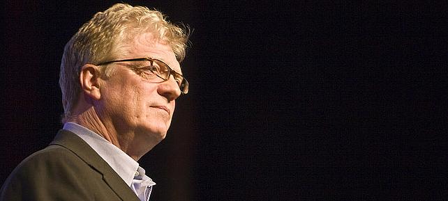 Especialista em educação, Ken Robinson defende presença das artes na educação para despertar as individualidades de cada criança. | Foto: Reprodução.