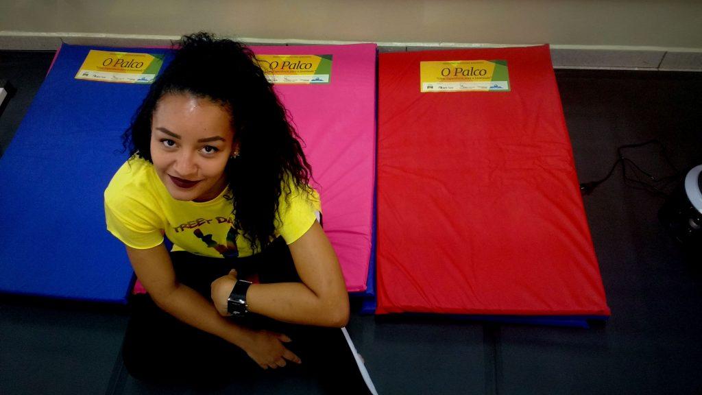 Dafine está de volta à escola que a formou, cheia de talento e gratidão. | Foto: Polo Cultural.