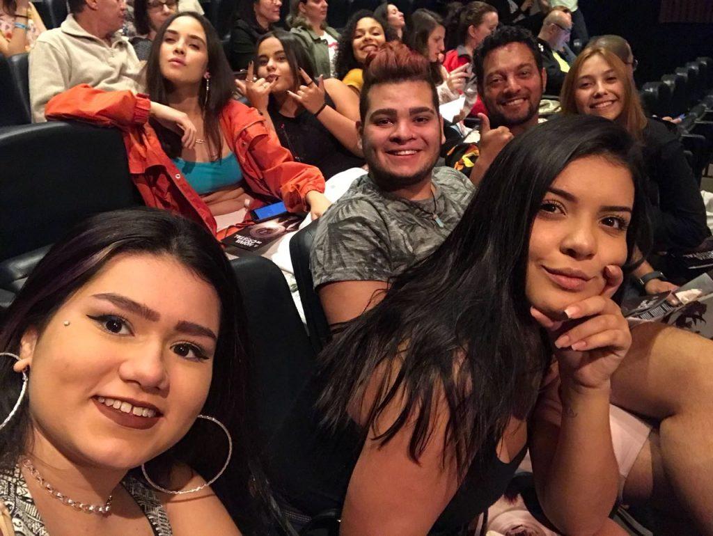 Teve fileira do teatro cheias de jovens e selfie na plateia.