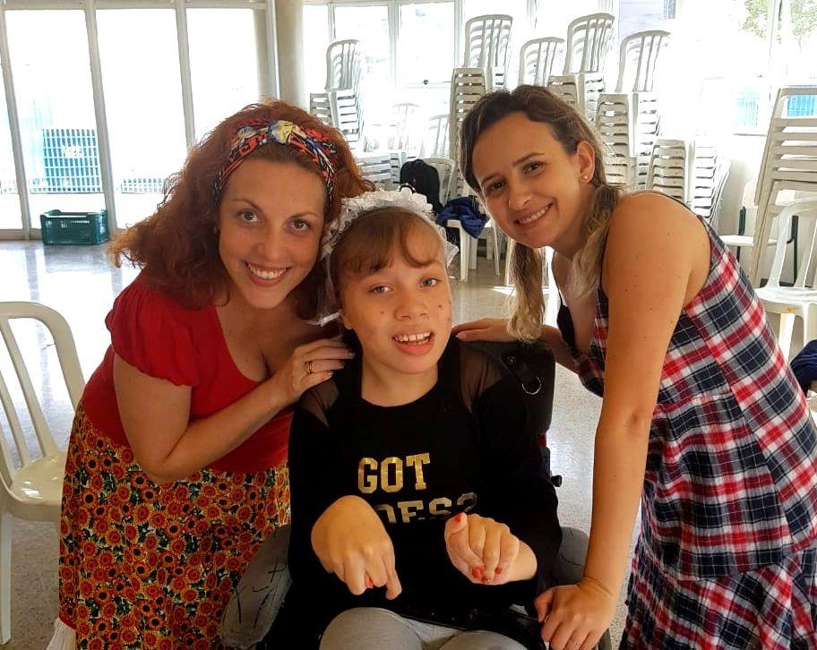 Bruna Burkert, à direita, e Andresa Retti, à esquerda, ajudaram na organização de uma festa junina especial aos alunos do Acessibilidade. | Foto: Polo Cultural.