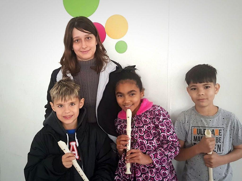 A professora Mary Ellen segue com foco na flauta doce nas aulas de O Palco.